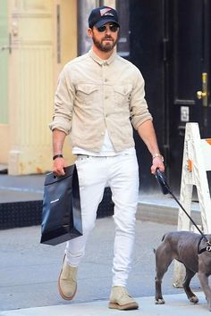 Justin Theroux on the street in New York City l Menswear l Men fashion outfit look street style Tom Ford Jacket, Justin Theroux, Look Street Style, Baggy Clothes, Best Dressed Man, Pinstripe Suit, Denim Jacket Men, Luxury Dress, Gentleman