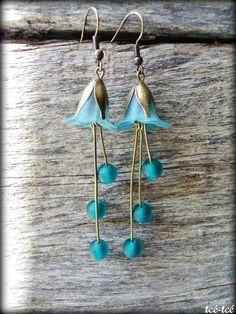 Boucles d'oreilles composées de perles de verre et de pièces de laiton.Longueur: 8 cm env.