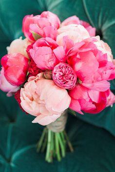 Klassische Brautsträuße mit Pfingstrosen   Friedatheres.com Fotos: Ashley Ludaescher / Sträuße: Botanic Art