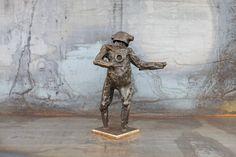 Christian Schmit: Humonco 9.  Verschweißte Stahlelemente, Oberfläche geschmiedet, Wachs-patiniert #Erdvolk #Zwerg #Gnom #Helmmann #Rufer #christianschmit #Druckluftschmieden #Schmiedekunst #Stahl #Patina #Skulptur #startyourart  www.startyourart.de #Stahlskulptur #Bildhauerei #Wachspatina #dancer #Energie #energy #Glut #Kobold #Schmiedetechnik #schmieden #glühen #Zwerg #Naturgeister #Bildhauer #Eisenmann