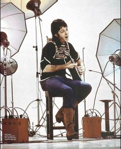 The Beatles Paul McCartney 1972 first solo television special pin-up photo Paul Mccartney And Wings, John Lennon Paul Mccartney, Beatles Songs, The Beatles, Beatles Photos, Man Cave Art, Pin Up Photos, Sir Paul, Rockn Roll