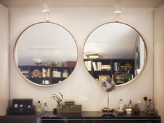 Den runda spegeln från Gubi har blivit omåttligt populär, och olika alternativ kan vi se lite var stans i branschen. Nu lanserar Ikea en 50-tals inspirerad variant i Stockholms serien, som kommer ut...