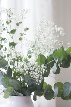 Gipskruid & Eucalyptus in 1 vaas, eenvoudig mooi. Gipskruid met Lavendel in 1 vaas kan ook Fresh Flowers, White Flowers, Beautiful Flowers, Deco Floral, Ikebana, Flower Decorations, Centerpiece Flowers, Indoor Plants, Planting Flowers