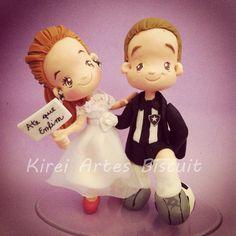 a noiva fez questão de colocar trajes de jogador com chuteiras e bola, e a plaquinha ♥
