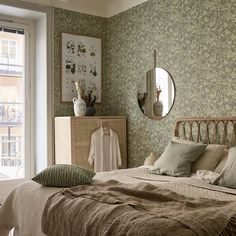 : Pastel colors floral wallpaper and wicker for a cozy bedroom # de . : Pastel colors floral wallpaper and wicker for a cozy bedroom # design Scandinavian Wallpaper, Scandinavian Home, Maximalist Interior, Double Duvet, Duvet Bedding, Scandi Style, Cozy Bedroom, Serene Bedroom, Bedroom Colors