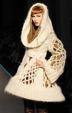 Robe en laine à arceau et sa cagoule, défilé Jean Paul Gaultier haute couture automne hiver 2008/2009