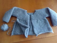 Unique: Tutorial Chaqueta Gris Toddler Sweater, Knitted Baby Cardigan, Knit Baby Sweaters, Crochet Cardigan Pattern, Easy Knitting Patterns, Knitting For Kids, Baby Knitting, Crochet Baby, Baby Kimono