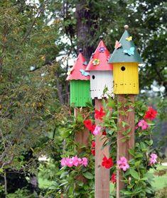 bunte Vogelhäuser Design Ideen Schmetterlinge Dekoration