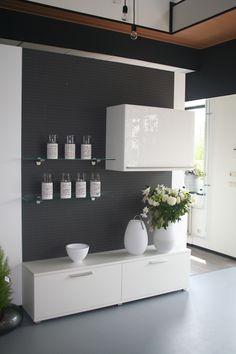 Wooninrichting met Systemat keuken kasten, met design glas bovenkast.