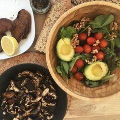 Comida rapida sin mucho glamour! Por hay dias que no tenemos tiempo de para respirar! Pero la comida sigue 👍🏻😉 sanita sanita! Escalopines de seitán, setas con cebollino, ensalada con mix de hojas, aguacate, tomate y nueces y pate de algas con pan de quinua! Comer bien es una obligación, un habito! Nuestra salud vale oro!!! Feliz sabado!!!!!! 💚💚💚 Vegan Recipes from BEAUT.e See more recipes >>