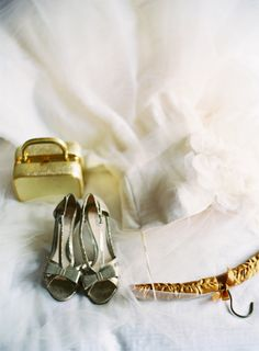 Classic #gold bridal accessories | photography by http://www.claryphoto.com/