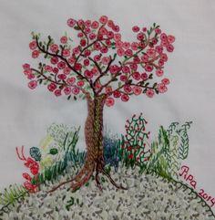 Tecido bordado à mão com aplicação de patchwork e bordado livre. Por Priscilla Capraro