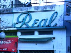 Een woord: REAL  Storefront, Buenos Aires, Argentina, 2008.