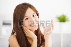 asiatin: Junge attraktive Frau mit sauberem Wasser Lizenzfreie Bilder