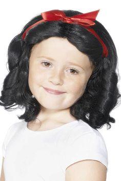 De Sneeuwwitje pruik voor kinderen heeft vol krullend zwart haar tot aan de schouders met een rode strik in het haar. Deze lieve sprookjes pruik van Sneeuwwitje is beschikbaar in een maat.
