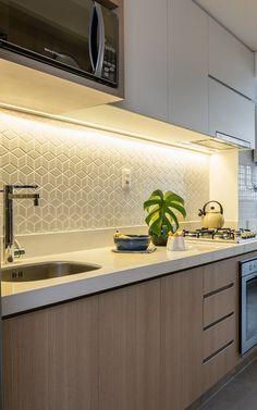 Cozinha - apartamento armario madeira e branco.