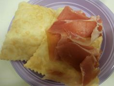 Si accompagna bene con prosciutto crudo di parma, salame felino, coppa piacentina e mortadella bologna, formaggi e marmellate.