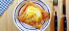 Deze plaattaartjes van bladerdeeg met ham, kaas en ei uit de oven heb je zo gemaakt. Superlekker als avondeten of lunch. Hier mijn recept.