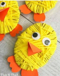 Pulcino con sagoma uovo di cartone e lana avvolta intorno.Sagoma di becco e zampe con occhi mobili
