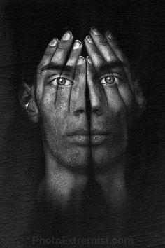 Hände vor Gesicht- Eine Hälfte traurig- andere Hälfte lachend