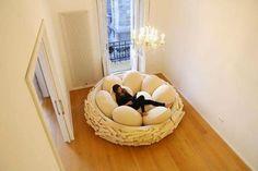Giant Birdnest: Letti di legno con cuscini a forma d'uovo per s Yudo Multimedia | Cirro.it