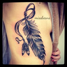 Tatuagem de pena na costela