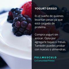 El yogurt griego es el sueño de quienes levantan pesas ya que está cargado de proteínas. Compra yogurt sin azúcar y opta por agregarle bayas o fresas.