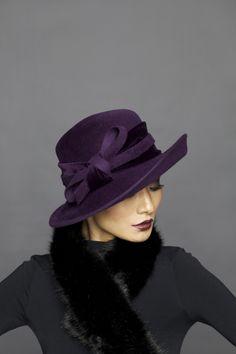 Un sombrero formal puede ser usado por las mujeres para situaciones sociales o de negocios.