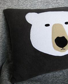 Polštář s ledním medvědem Povlak na polštář s aplikací ledního medvěda je ušitý z tmavě šedého flízu, zapíná se na zip ve spodní straně. Velikost 40 cm x 50 cm. Uvedená cena je za povlak i polštář. Polštář je ušitý z pevné bavlněné látky, vyplněný polyesterovým kuličkovým vláknem.