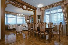 klassisches Esszimmer Einrichtung Balken Holzschnitzerei