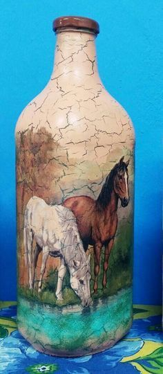 Decoupage em garrafas Wine Bottle Art, Painted Wine Bottles, Diy Bottle, Painted Wine Glasses, Wine Bottle Crafts, Decoupage Glass, Decoupage Art, Decoupage Vintage, Mosaic Bottles