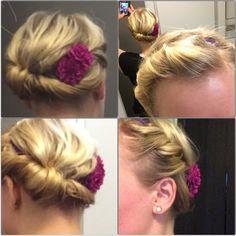 Når man har kort hår, kan det til tider være svært, at få håret op i en fin frisure.. Men med noget så simpelt som et tyndt pandebånd, to blomster og hårlak er dette problem løst  jeg snor håret omkring pandebåndet og rykker snoningen lidt til den ene side, hvis man ikke gør dette, giver det en fin rund krans, hvilket også er ganske pænt