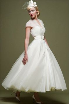 my1950swedding:  This dress, though!  this is so perfect #vintageaviationwedding #aviationweddingdress