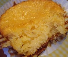 Modo de Preparo Bater os ingredientes no liquidificador Colocar em forma de bolo inglês ou outra de sua preferência Levar para assar em forno preaquecido por 30 minutos ou até dourar Retirar, esperar amornar, desenformar e polvilhar o açúcar de confeiteiro