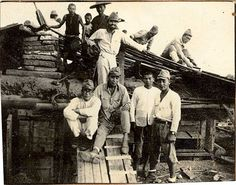 南京攻略後、日本兵が現地の人と民家を修繕しているらしき写真。1938年。 Japanese soldiers with Chinese civilians at Nanking, 1938.
