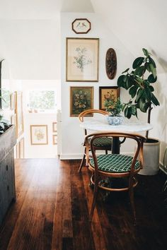 home decor for small spaces Dining nook with bistro table and chairs Home Interior, Interior Decorating, Kitchen Interior, Decorating Ideas, Interior Livingroom, Retail Interior, Luxury Interior, Interior Colors, Interior Paint