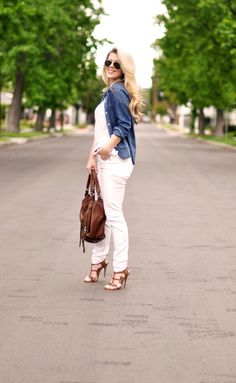 How to Look Great in White Jeans (& the 2 Most Flattering Styles) Denim Shirt With Jeans, Denim Top, Spring Summer Fashion, Autumn Winter Fashion, Winter Chic, Winter Style, Fashion Beauty, Womens Fashion, Beauty Style