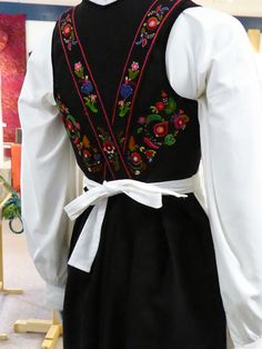Fra utstilling i Tinn håndverksenter Folk Costume, Costumes, Going Out Of Business, Doll Patterns, Traditional Outfits, Norway, Machine Embroidery, Embroidery Designs, Textiles