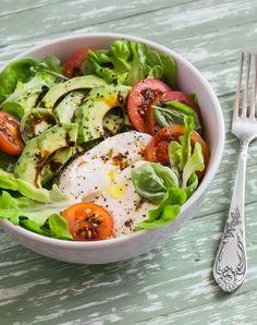 Ensalada tricolor. | 16 Snacks nutritivos y fáciles de hacer que puedes llevarte al trabajo