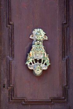Aldaba de puerta de metal de latón Vintage en una ciudad europea Foto de archivo