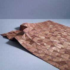 Das aus geometrischen Holzsegmenten geformte Meisterstück lässt sich locker zu einer dreidimensionalen Skulptur zusammenlegen. Natürlich gibt es dafür unzählige Variationen, die Sie alle ausprobieren sollten.