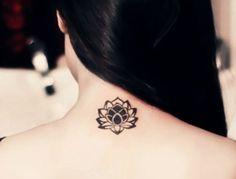 idée petit tatouage femme, fleur de lotus noire, femme cheveux chatain foncé, tattoo feminin