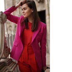 WEBSTA @ patriciabergo_estilo - A mistura de cores análogas, como o vermelho e o rosa, também são uma ótima opção de look pra trabalho. Aposte em tons mais fechados pra não ficar tão chamativo, make básica e acessórios delicados pra deixar a produção mais elegante. ✔️👠 #ootd #fashiontips #styling #workoutfit #consultoriadeestilo #moda #colorfull #coresanalogas