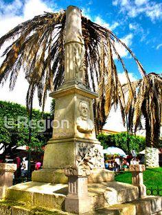Fotografía del monumento a Melchor Ocampo, que se encuentra en el Jardín de la Constitución (Jardín Chiquito) en el centro de Zitácuaro, Michoacán, México.  fotosdezitacuaro.blogspot.mx