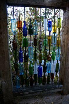 eklektische dekoration bunte weinflaschen garten