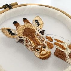 Embroidery tutorials giraffe Hand Embroidery Patterns Free, Hand Embroidery Art, Hand Embroidery Videos, Embroidery Stitches Tutorial, Embroidery Flowers Pattern, Simple Embroidery, Silk Ribbon Embroidery, Embroidery Kits, Embroidery Designs