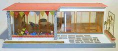 """aus dem Quelle-Katalog Herbst/Winter 1968/69: """"Puppenhaus im Bungalow-Stil, stabile Holzverarbeitung. Zwei Zimmer in den Größen ca. 37 x 28cm und ca. 32 x 28cm. Vorderfront mit starken Glasschiebetüren, verschliffen. Gesamtlänge ca. 75cm, Höhe ca. 25cm. Ohne Puppen-Gartenmöbel DM 29,80"""""""