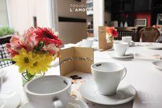 Centros de mesa:  - encastrable color natural + frase personalizada  - frasco intervenido + bouquet con flores naturales  - gráfica con frase personalizada + broche de bamboo  - base de confetti en los tonos de la paleta elegida