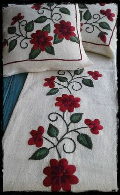 camino de mesa bordado a mano cm Hand Embroidery Videos, Embroidery Flowers Pattern, Hand Embroidery Stitches, Hand Embroidery Designs, Flower Patterns, Cross Stitch Embroidery, Cushion Embroidery, Crewel Embroidery, Ribbon Embroidery