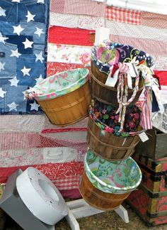 Oilcloth Addict - Feeding your Oilcloth Addiction with tips and tutorials with Modern June: Great Idea: Lined Bushel Basket Bushel Baskets, Diy Christmas Lights, Apple Baskets, Basket Crafts, Basket Liners, Craft Show Displays, Display Ideas, Basket Organization, Party Central